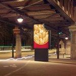 パリにあるマクドナルドの看板の写真